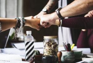 8 solutii simple pentru a construi relatii mai bune la locul de munca