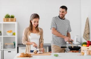 Cele 3 moduri in care gatitul iti poate schimba in bine viata la birou si acasa